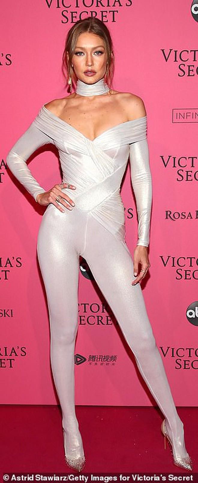 Bella Hadid nổi nhất Victoria's Secret 2018 vì lộ hết vòng 1