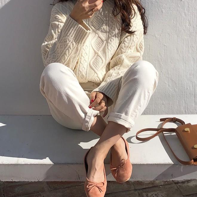 Áo len và quần ống rộng chính là chân ái của các nàng công sở trong thời tiết này - Ảnh 7.