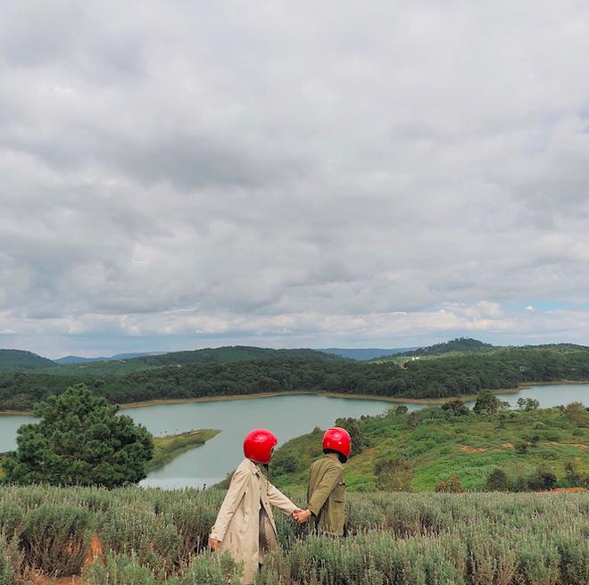 Cặp đôi giấu mặt, đội mũ bảo hiểm đỏ đang hot trên Instagram: Lên Đà Lạt vì thất tình ai ngờ gặp ngay chân ái! - Ảnh 7.