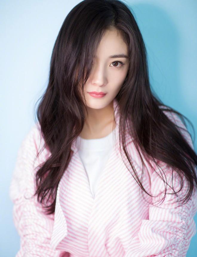 Dương Mịch - Lâm Tâm Như cạnh tranh sắc vóc: Hai bà bỉm sữa khoe chân dài tít tắp, trẻ trung như gái 18 - Ảnh 6.