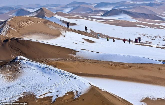 Nhiệt độ xuống -25 độ C, sa mạc ở Trung Quốc phủ đầy tuyết trắng - Ảnh 3.