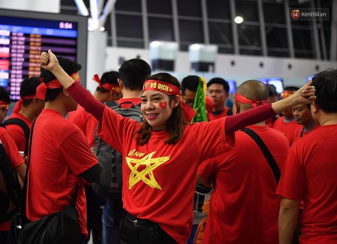 """CĐV nhuộm đỏ sân bay Nội Bài và Tân Sơn Nhất, lên đường sang Malaysia """"tiếp lửa"""" cho ĐT Việt Nam trong trận chung kết AFF Cup - Ảnh 2."""