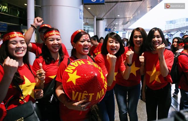 """CĐV nhuộm đỏ sân bay Nội Bài và Tân Sơn Nhất, lên đường sang Malaysia """"tiếp lửa"""" cho ĐT Việt Nam trong trận chung kết AFF Cup - Ảnh 10."""