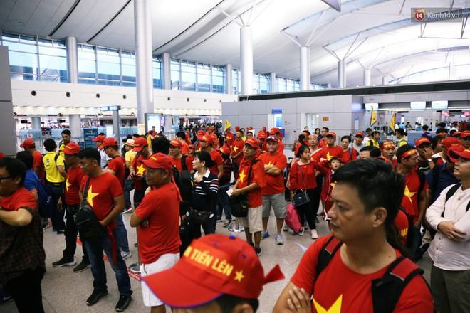 """CĐV nhuộm đỏ sân bay Nội Bài và Tân Sơn Nhất, lên đường sang Malaysia """"tiếp lửa"""" cho ĐT Việt Nam trong trận chung kết AFF Cup - Ảnh 7."""