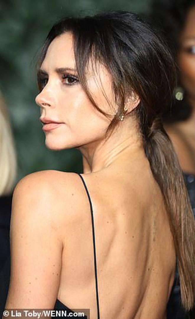 """Victoria để lộ tấm lưng đã xóa sạch """"hình xăm tình yêu"""" dành cho David Beckham - Ảnh 1."""