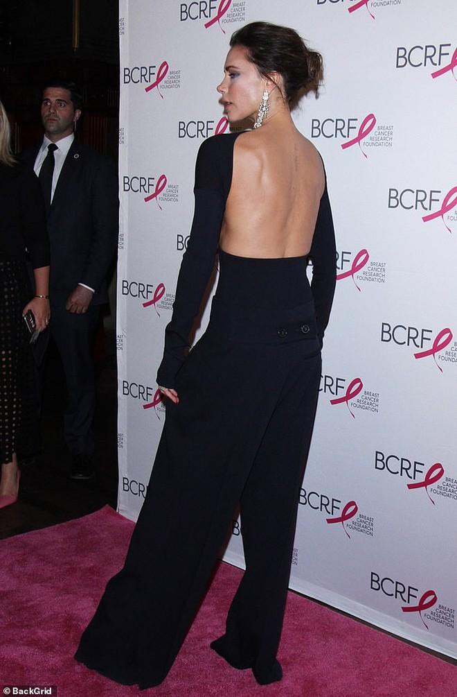 """Victoria để lộ tấm lưng đã xóa sạch """"hình xăm tình yêu"""" dành cho David Beckham - Ảnh 4."""