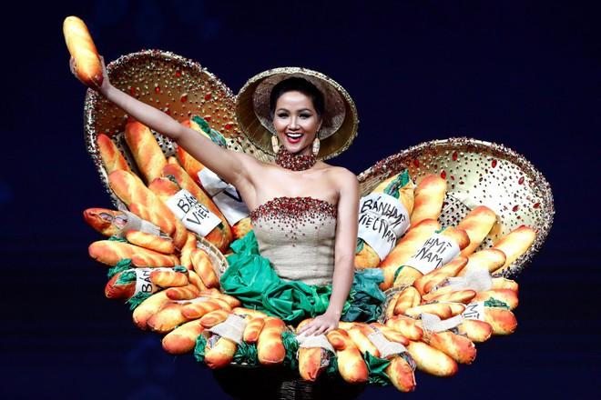 Trước Bánh Mì của H'Hen Niê, Việt Nam từng ghi dấu ấn tại Miss Universe bởi loạt quốc phục độc đáo này - Ảnh 1.