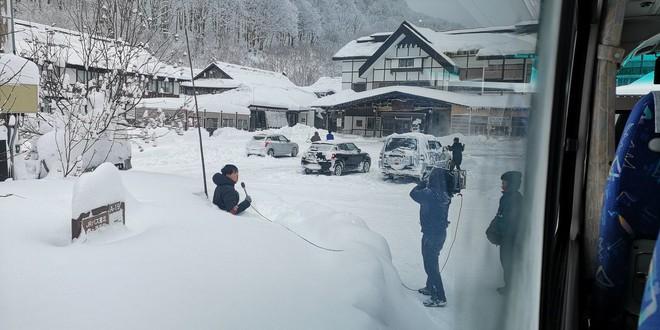 Góc ủ mưu: Tuyết rơi quá mỏng, MC thời tiết Nhật Bản đào hố tuyết rồi chui vào ngồi để trông cho có vẻ khắc nghiệt - Ảnh 2.