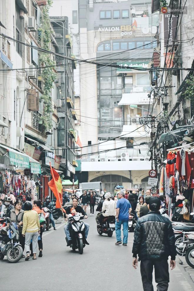Một Hà Nội vui như Tết trong ngày đón chờ trận chung kết lịch sử: Phố phường rộn ràng tiếng nhạc, cờ hoa phủ mọi nẻo đường - Ảnh 2.