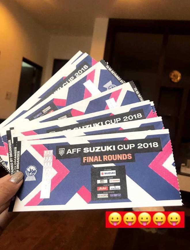 Trước thềm chung kết AFF Cup, bạn gái tin đồn của Lâm Tây đăng ảnh dựa vai chàng trai giấu mặt kèm caption anh luôn ở bên em - Ảnh 3.