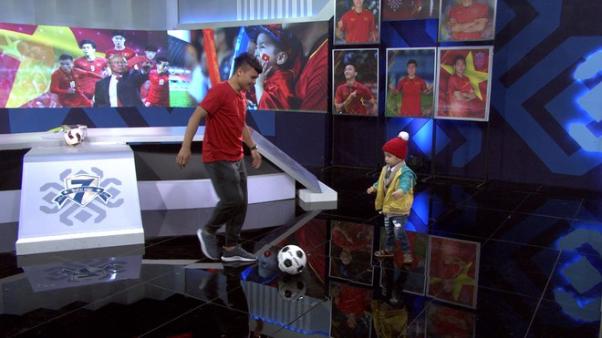Quang Hải hoàn thành lời hứa mang cúp vàng vô địch về cho Tom - cậu bé 4 tuổi mắc ung thư não - Ảnh 4.