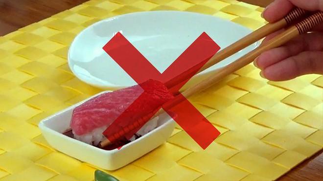 Đầu bếp người Nhật nổi tiếng tiết lộ cách ăn sushi hoàn hảo nhất - Ảnh 5.