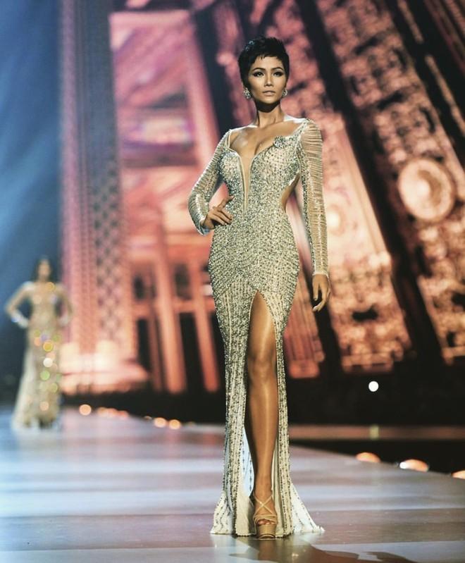 Cận cảnh chiếc váy HHen Niê mặc khi lọt top 5 Miss Universe 2018: đính 3000 viên đá quý, mất hơn 1 tháng để thực hiện - Ảnh 1.