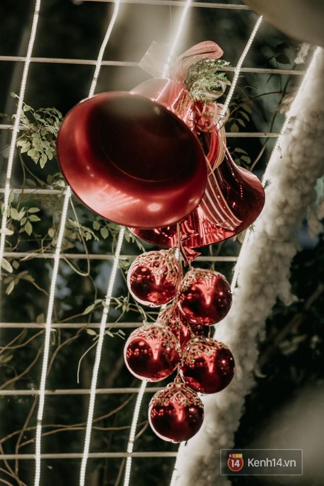 Trường ĐH con nhà giàu này là trường trang trí Noel đẹp nhất VN, có máy phun tuyết nhân tạo, tha hồ sống ảo - Ảnh 2.