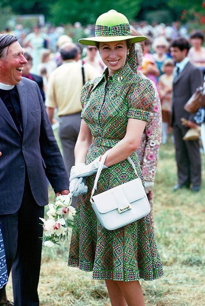 """Xét về độ """"chất"""" trong thời trang, chị em dâu Kate và Meghan còn phải chịu thua con gái duy nhất của Nữ hoàng Anh - Ảnh 3."""