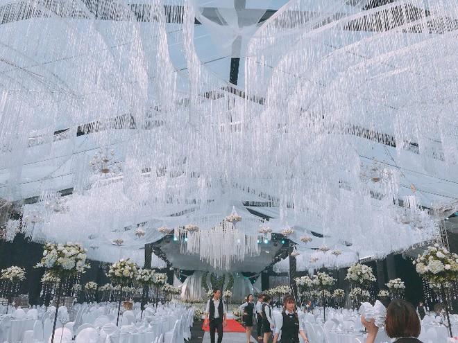 Siêu đám cưới ở Thái Nguyên trang trí hết 4 tỷ đồng với hơn 13.000 bông hoa tươi nhập khẩu thu hút nghìn người tới chụp ảnh - Ảnh 4.