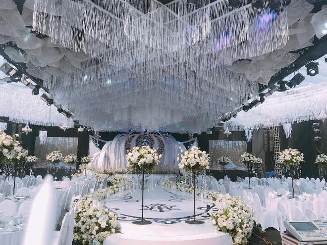 Siêu đám cưới ở Thái Nguyên trang trí hết 4 tỷ đồng với hơn 13.000 bông hoa tươi nhập khẩu thu hút nghìn người tới chụp ảnh - Ảnh 1.