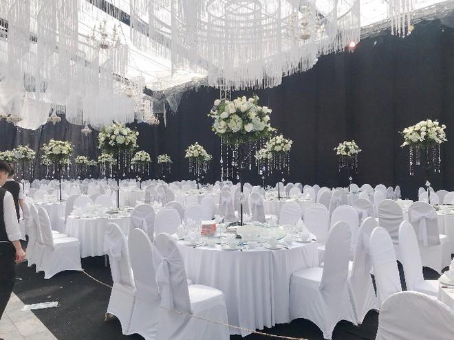 Siêu đám cưới ở Thái Nguyên trang trí hết 4 tỷ đồng với hơn 13.000 bông hoa tươi nhập khẩu thu hút nghìn người tới chụp ảnh - Ảnh 2.