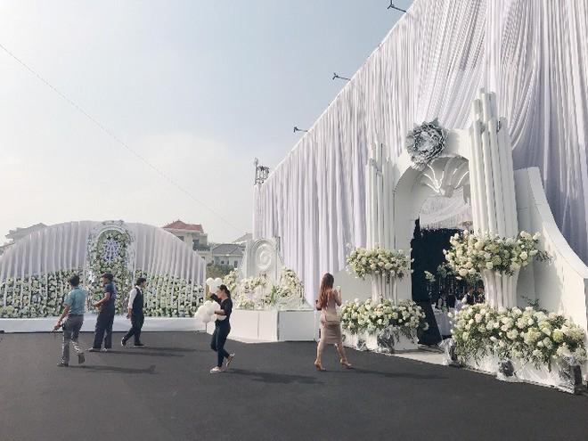 Siêu đám cưới ở Thái Nguyên trang trí hết 4 tỷ đồng với hơn 13.000 bông hoa tươi nhập khẩu thu hút nghìn người tới chụp ảnh - Ảnh 3.