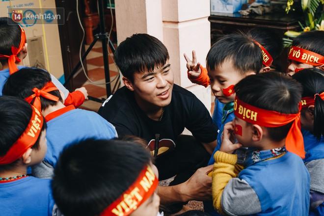 """Trận đấu """"đỉnh cao"""" giữa bộ 3 Duy Mạnh - Đình Trọng - Tiến Dũng với lũ trẻ: Chưa bao giờ thôn Giao Tác có cảm giác vỡ oà đến thế! - Ảnh 3."""