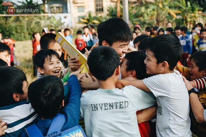 """Trận đấu """"đỉnh cao"""" giữa bộ 3 Duy Mạnh - Đình Trọng - Tiến Dũng với lũ trẻ: Chưa bao giờ thôn Giao Tác có cảm giác vỡ oà đến thế! - Ảnh 8."""