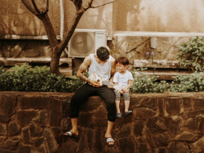 Cặp bố con Sài Gòn diện đồ đơn giản mà cool, hết hoá siêu anh hùng rồi lại thành bạn thân cưng ơi là cưng - Ảnh 4.