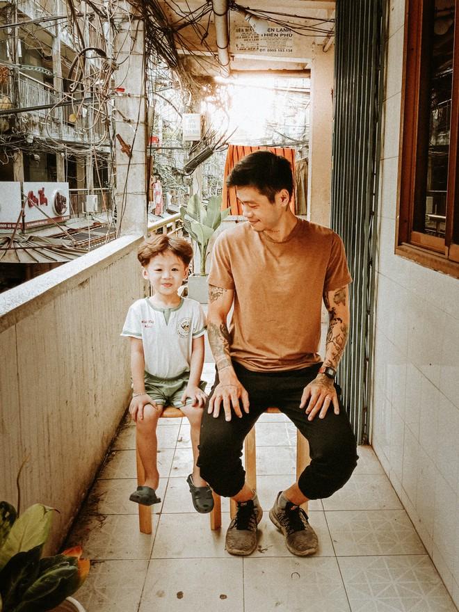 Cặp bố con Sài Gòn diện đồ đơn giản mà cool, hết hoá siêu anh hùng rồi lại thành bạn thân cưng ơi là cưng - Ảnh 11.