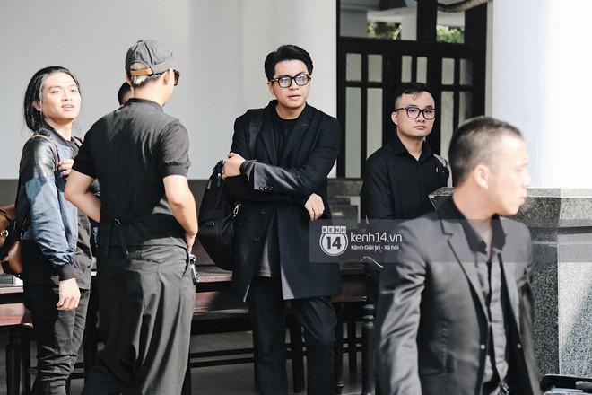 Tóc Tiên quấn khăn tang, đứng cùng gia đình tại tang lễ của mẹ Hoàng Touliver - Ảnh 10.
