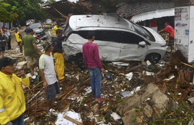 Du khách kể lại giây phút sóng thần tấn công Indonesia: Con gái tôi mắc kẹt dưới hàng đống mảnh vỡ - Ảnh 3.