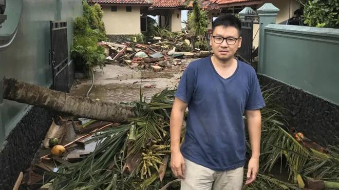 Du khách kể lại giây phút sóng thần tấn công Indonesia: Con gái tôi mắc kẹt dưới hàng đống mảnh vỡ - Ảnh 1.