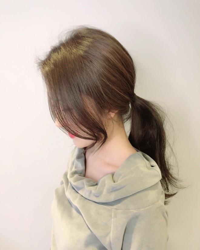 Tóc đuôi ngựa + mái xoăn nhẹ: Công thức kiêu kỳ hết nấc cho hội tóc dài làm điệu mùa tiệc tùng cuối năm - Ảnh 2.
