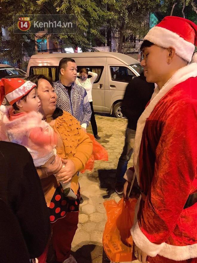 Hình ảnh cầu thủ Xuân Mạnh chống nạng tặng quà Noel cho những số phận khó khăn trên phố Hà Nội khiến nhiều người ấm lòng - Ảnh 2.