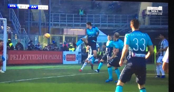 Vào sân từ ghế dự bị, Ronaldo đóng vai đấng cứu thế giúp Juventus thoát thua hú hồn - Ảnh 7.