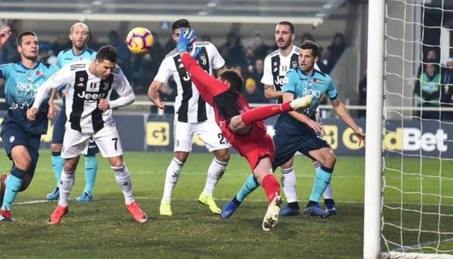 Vào sân từ ghế dự bị, Ronaldo đóng vai đấng cứu thế giúp Juventus thoát thua hú hồn - Ảnh 5.