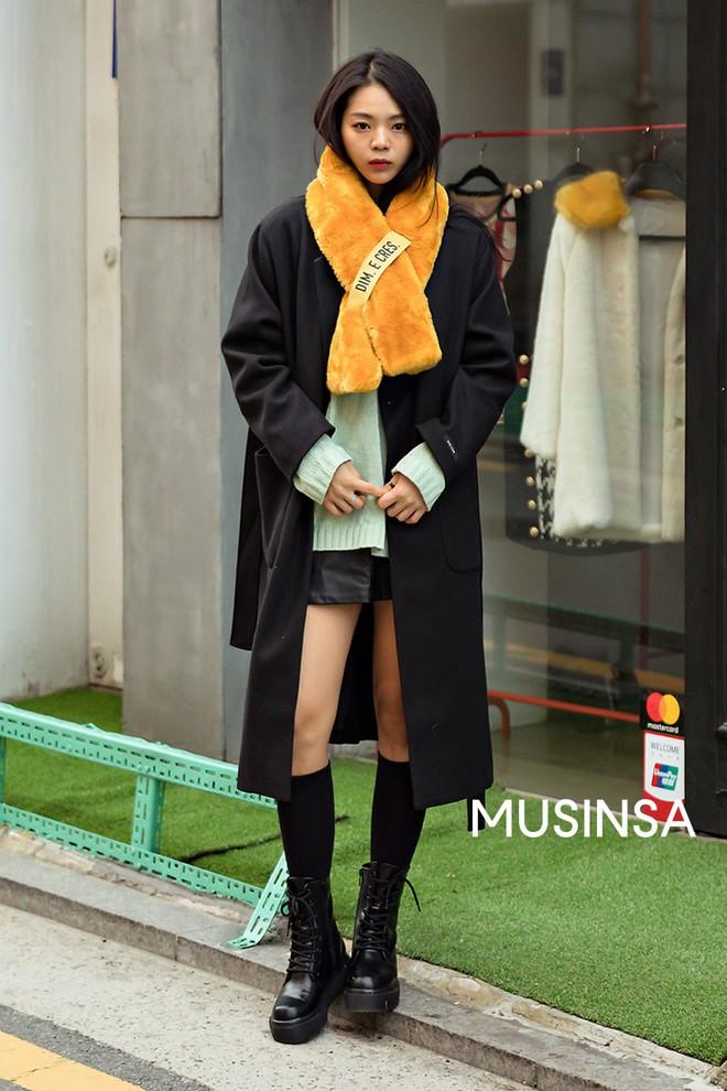 """Street style đại hàn của giới trẻ Hàn Quốc: rét đến mấy cũng có cách mặc """"chất"""" mà vẫn đảm bảo ấm - Ảnh 3."""