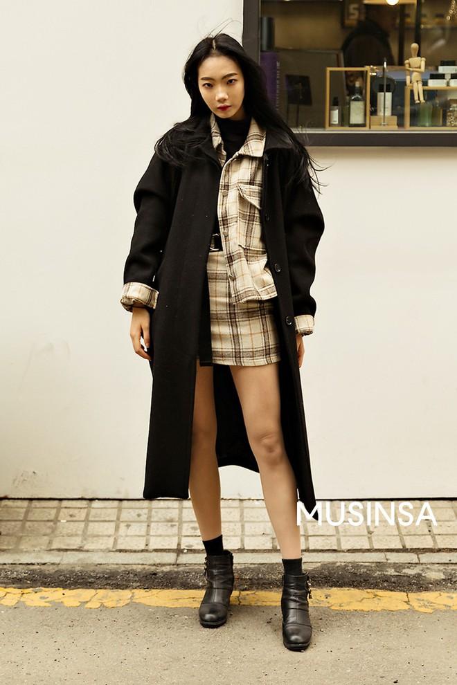 """Street style đại hàn của giới trẻ Hàn Quốc: rét đến mấy cũng có cách mặc """"chất"""" mà vẫn đảm bảo ấm - Ảnh 8."""