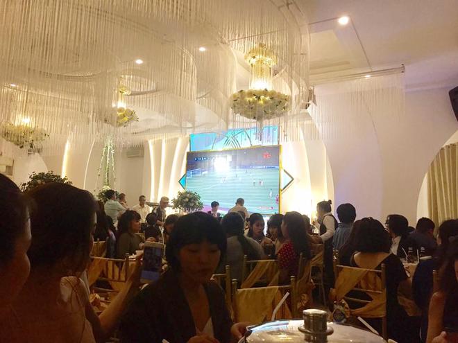 Cô dâu chú rể bật bóng đá ngay trong đám cưới, cùng quan khách nhiệt tình cổ vũ cho đội tuyển Việt Nam trận bán kết lượt đi - Ảnh 3.