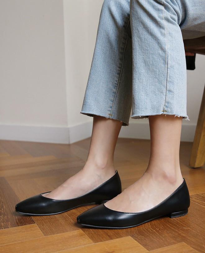 Dù là giày đế bệt hay cao gót, bạn cũng cần loạt bí kíp sau để chọn được đôi vừa êm chân lại nịnh dáng - Ảnh 1.