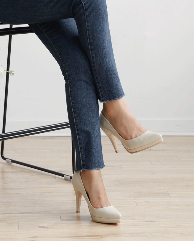 Dù là giày đế bệt hay cao gót, bạn cũng cần loạt bí kíp sau để chọn được đôi vừa êm chân lại nịnh dáng - Ảnh 4.