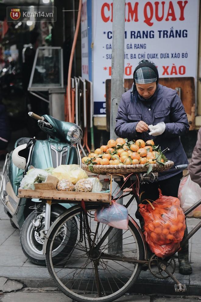 Người lao động cắn răng mưu sinh giữa trời giá rét 11 độ C ở Hà Nội - Ảnh 10.