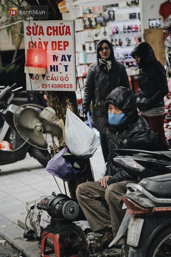 Người lao động cắn răng mưu sinh giữa trời giá rét 11 độ C ở Hà Nội - Ảnh 3.