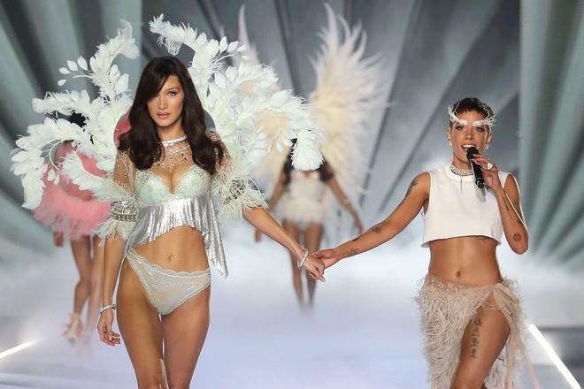 Victorias Secret Fashion Show 2018 ế ẩm, rating thấp kỷ lục dù được quảng cáo là show diễn tham vọng nhất từ trước đến nay - Ảnh 2.