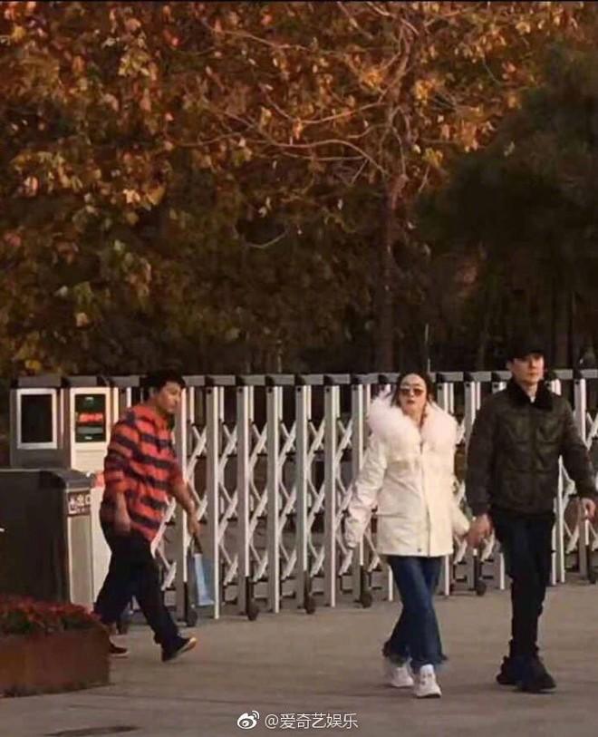 Triệu Lệ Dĩnh lẻ loi đi mua sắm không có Phùng Thiệu Phong, gương mặt bầu bĩnh lên trông thấy - Ảnh 2.
