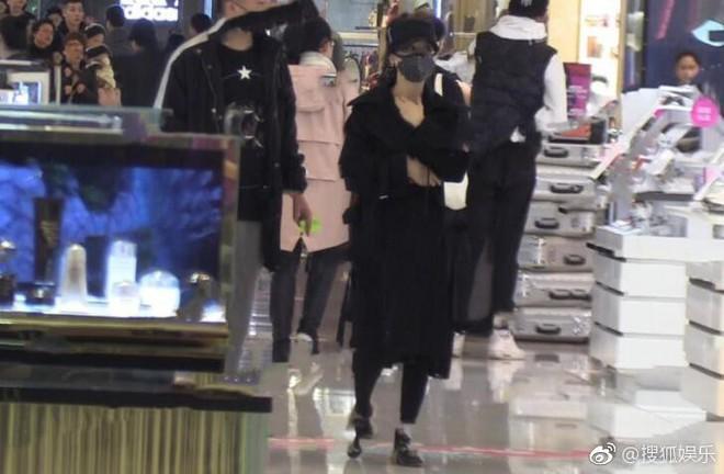 Triệu Lệ Dĩnh lẻ loi đi mua sắm không có Phùng Thiệu Phong, gương mặt bầu bĩnh lên trông thấy - Ảnh 7.