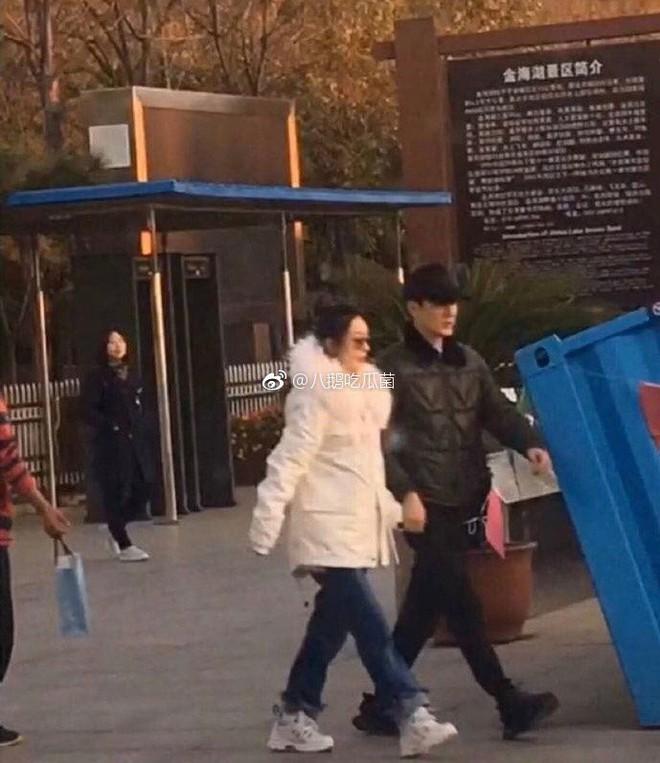 Triệu Lệ Dĩnh lẻ loi đi mua sắm không có Phùng Thiệu Phong, gương mặt bầu bĩnh lên trông thấy - Ảnh 5.