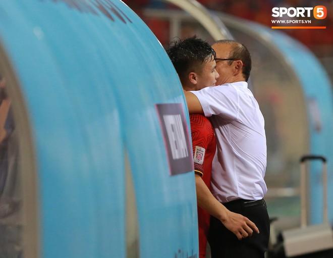 Quang Hải chạy đến ôm HLV Park Hang Seo đứng một mình ở khu huấn luyện
