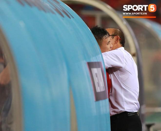 Thấy HLV Park Hang-seo đứng lặng một mình ở khu huấn luyện, Quang Hải chạy tới ôm hôn, chia vui cùng thầy - Ảnh 3.