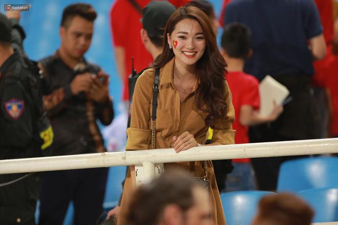 Tuyển Việt Nam thắng trận, hot girl Ngọc Nữ vẫy tay chào bạn trai tin đồn Văn Đức từ khán đài - Ảnh 2.