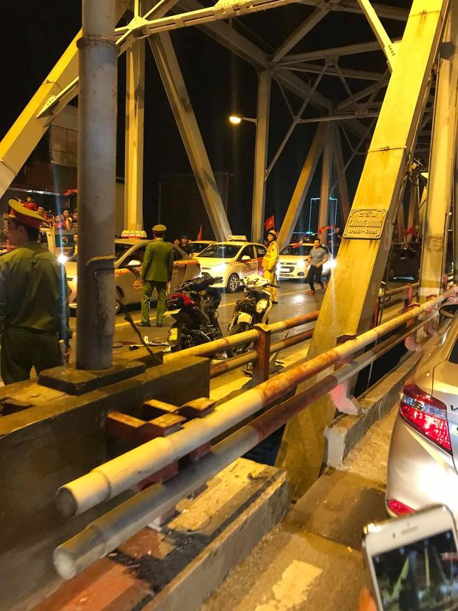 """Ẩu đả, tai nạn giao thông liên tiếp trong đêm đi """"bão"""" mừng chiến thắng của đội tuyển Việt Nam: Vui thôi đừng vui quá! - Ảnh 2."""