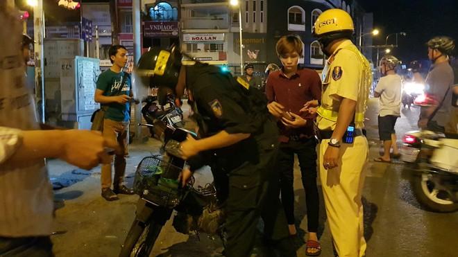 CSGT TP.HCM xử phạt gần 80 trường hợp đi bão sau trận thắng của đội tuyển Việt Nam - Ảnh 2.